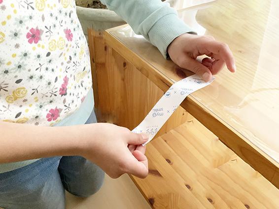 2. 紙がくるっとアーチ状になるように、上下にこすって丸みをつける