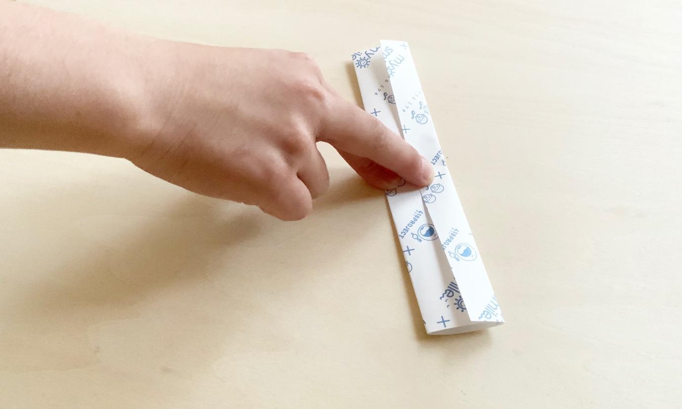 1.折り紙を半分にカットして、三つ折りにする